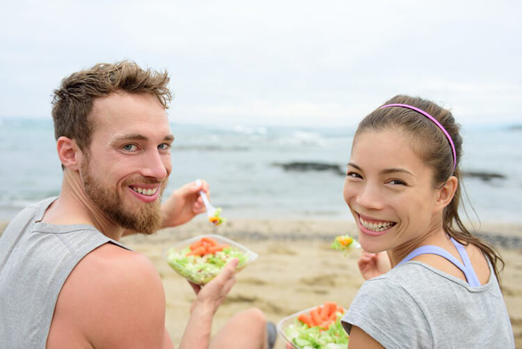 How to be vegan, couple eating veggies,